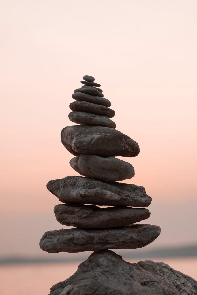 mediteren op vakantie stenen